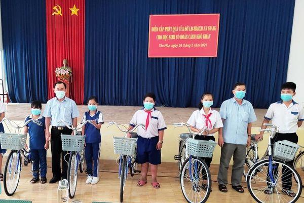 Sở Lao động - Thương binh và Xã hội An Giang trao quà học sinh nghèo và bàn giao nhà Tình nghĩa tại Phú Tân