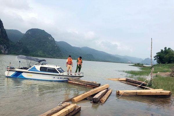 Công an huyện Tuyên Hóa: Phát hiện 1 thuyền vận chuyển trái phép 42 hộp gỗ trên sông Gianh