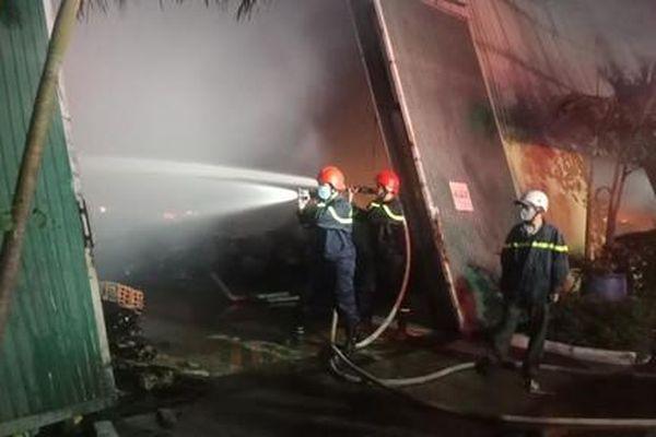 Hơn 100 CBCS dập lửa vụ cháy tại công ty dệt trong KCN Phú Bài