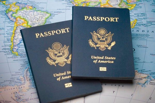 Khoảng 100.000 người Mỹ ở nước ngoài gặp khó về hộ chiếu