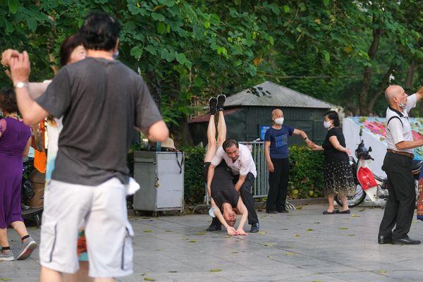 Người dân không đeo khẩu trang khi khiêu vũ ở công viên