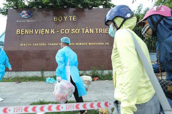 CLIP: Cận cảnh 'tiếp tế' cho Bệnh viện K đang bị phong tỏa