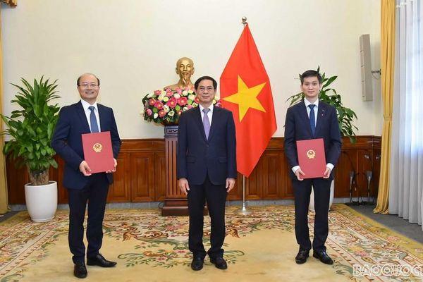 Bộ trưởng Bùi Thanh Sơn trao quyết định tiếp nhận và bổ nhiệm cấp Vụ trưởng của Bộ Ngoại giao