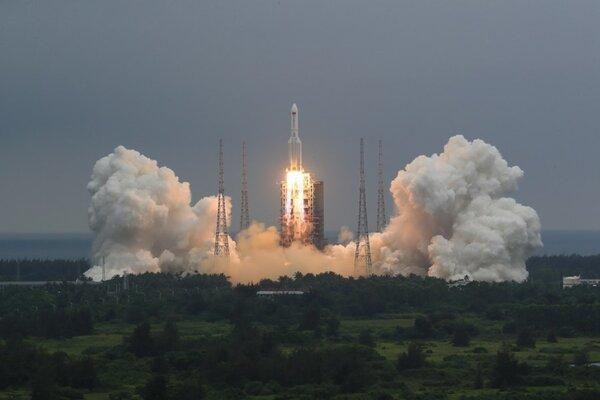 Hình ảnh tên lửa khổng lồ Trung Quốc rực cháy trên không gian