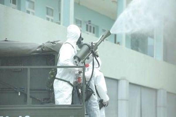 BTL Thủ đô và Binh chủng Hóa học phun khử khuẩn tại bệnh viện K cơ sở Tân Triều