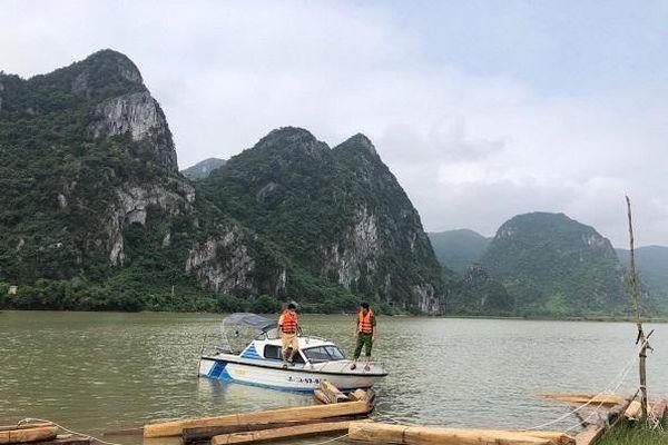 Phát hiện nhóm đối tượng dùng thuyền chở 42 hộp gỗ trái phép trên sông Gianh