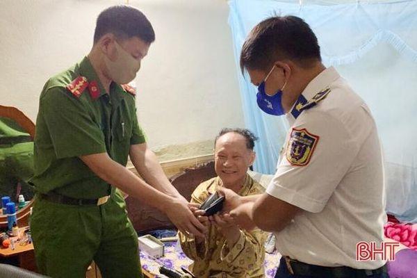 Trung úy cảnh sát biển nhặt được tiền rơi tìm người trả lại ở Hà Tĩnh