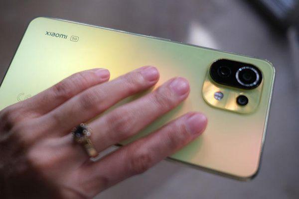 Đánh giá Xiaomi Mi 11 Lite 5G: Có ưu điểm gì để cạnh tranh với Samsung Galaxy A52 5G?
