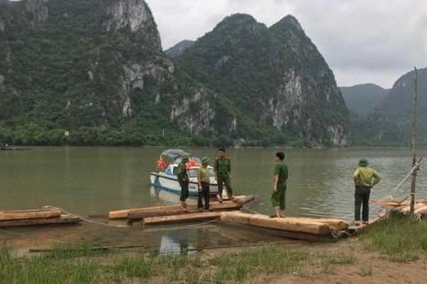 Quảng Bình: Bỏ lại 42 hộp gỗ lậu để thoát thân khi bị lực lượng chức năng truy đuổi