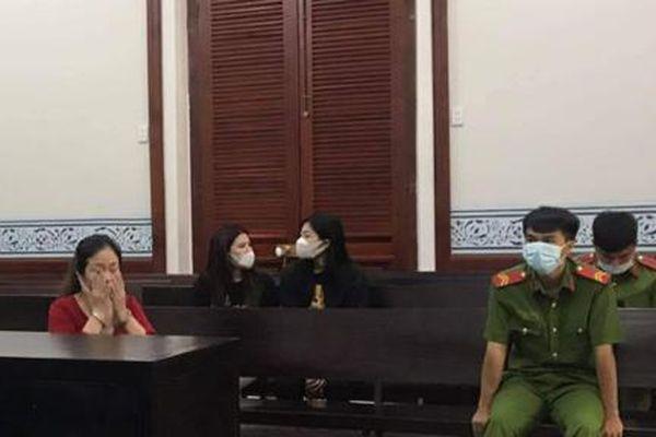 Nữ quái giật dây chuyền 3000 USD, đánh lạc hướng nạn nhân