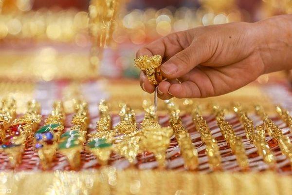 Giá vàng tăng vọt lên sát mốc 56 triệu đồng/lượng