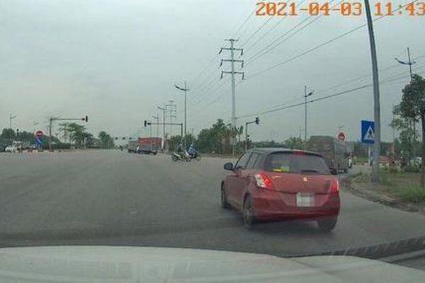Tài xế vượt đèn đỏ vì 'vội ra sân bay' bị phạt 4 triệu đồng