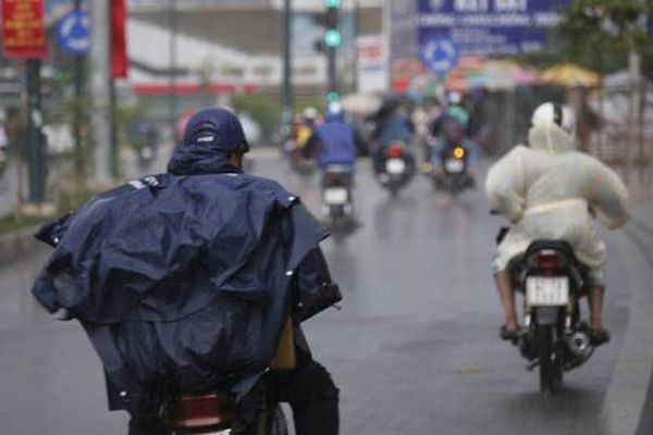 Cơn mưa vắt ngang thành phố
