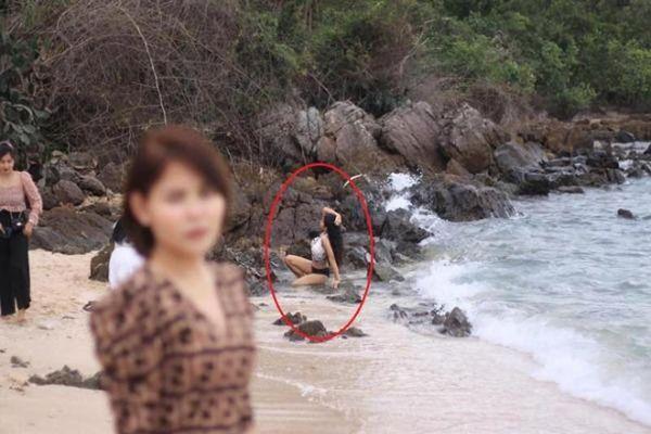 Đi biển nhờ người yêu chụp ảnh, cô gái nhận ra chân lý