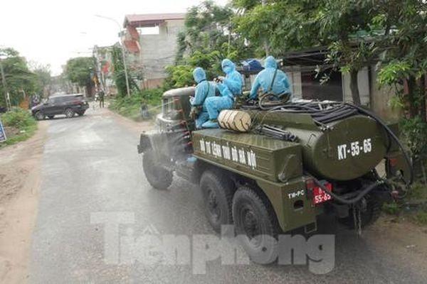 Bộ Tư lệnh Thủ đô phun khử khuẩn ổ dịch ở huyện Thường Tín