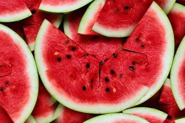 Mẹo hay giúp bạn chọn dưa hấu ngon ngọt, không cần gõ vào vỏ