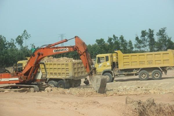 Bình Định: Dân bất an vì xe tải chở đất thi công san lấp dự án