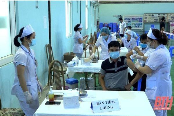 Huyện Ngọc Lặc tiêm vắc - xin phòng COVID-19 đợt 1 cho 800 người