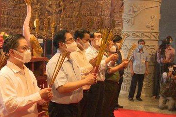 Thủ tướng, lãnh đạo TP Cần Thơ dâng hương các Vua Hùng