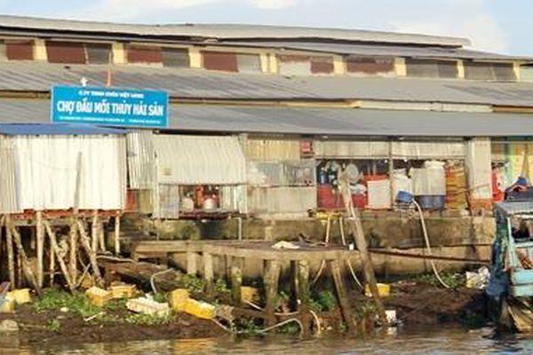 Chủ Chợ đầu mối thủy hải sản xả thải trực tiếp ra sông Hậu bị phạt 36 triệu đồng