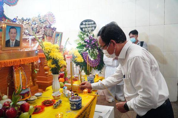Bí thư Thành ủy thành phố Hồ Chí Minh viếng các nạn nhân vụ cháy tại quận 11