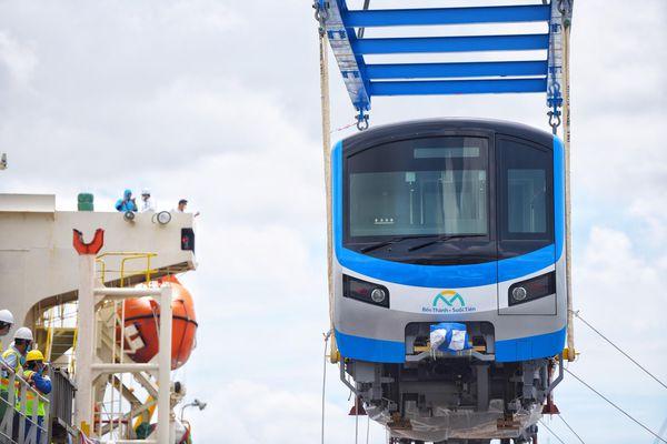 Hai đoàn tàu metro về đến trạm hoa tiêu Vũng Tàu tối nay
