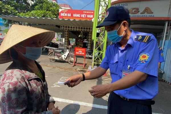 Đà Nẵng: Người dân chấp hành nghiêm việc đi chợ bằng 'tem phiếu'