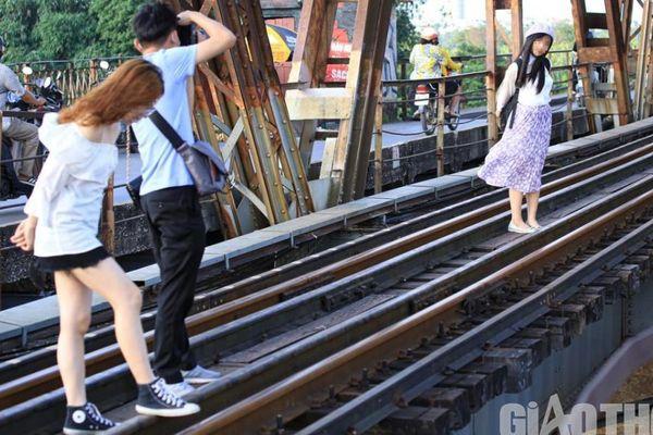 'Đánh đu' với tử thần, trèo vào đường ray cầu Long Biên... 'check in'