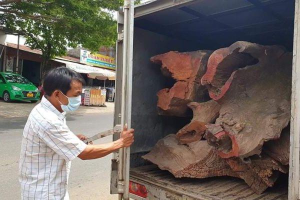 Lâm Đồng: Phát hiện xe tải chở số lượng lớn gỗ quý không rõ nguồn gốc