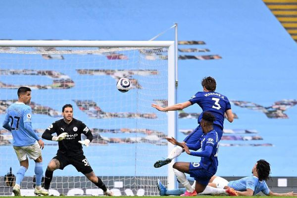 Man City tuột khỏi tay chiếc Cúp vô địch sớm khi để thất bại trước Chelsea