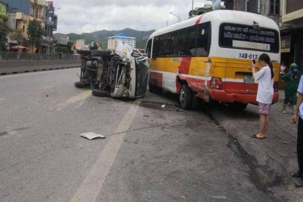 Đâm đuôi ô tô khách, xe tải lật ngửa trên đường, tài xế bị thương