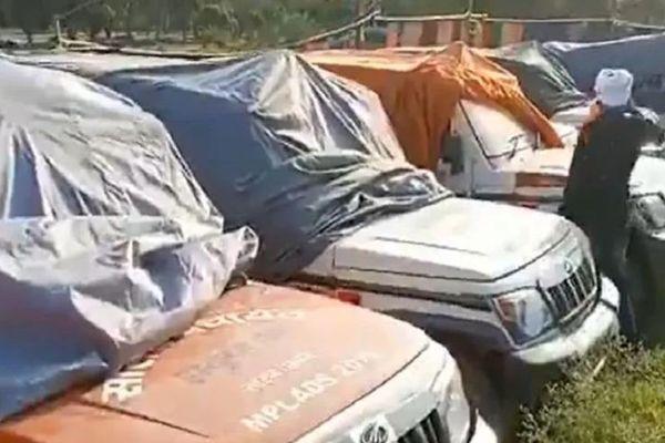 Dàn xe cứu thương phủ bạt, để không gây tranh cãi ở Ấn Độ