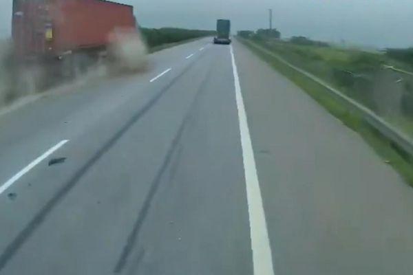Xe container mất kiểm soát leo dải phân cách suýt lật nhào