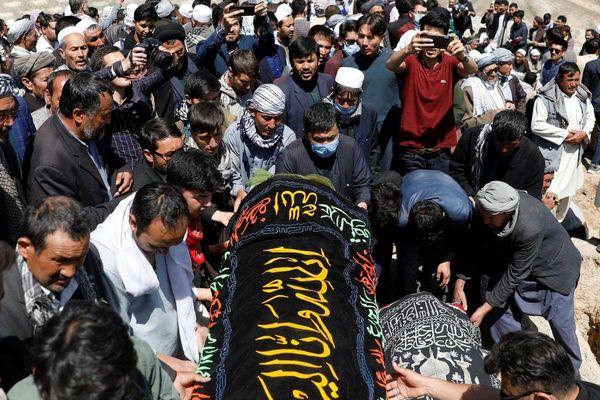 'Chúng tôi chôn cất 37 nữ sinh, có em còn đang mặc đồng phục'