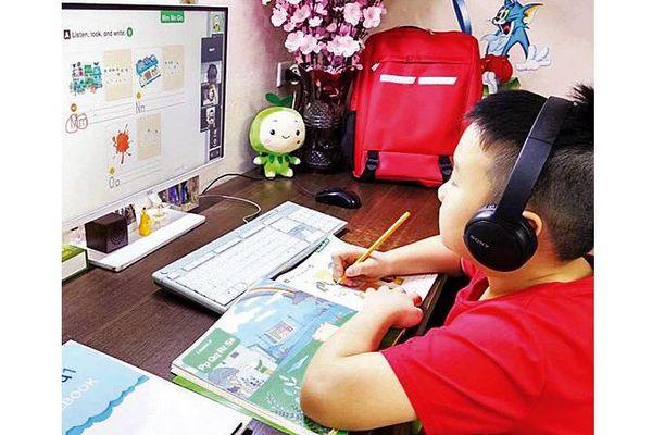 Học sinh lớp 9, lớp 12 tập trung ôn thi trực tuyến