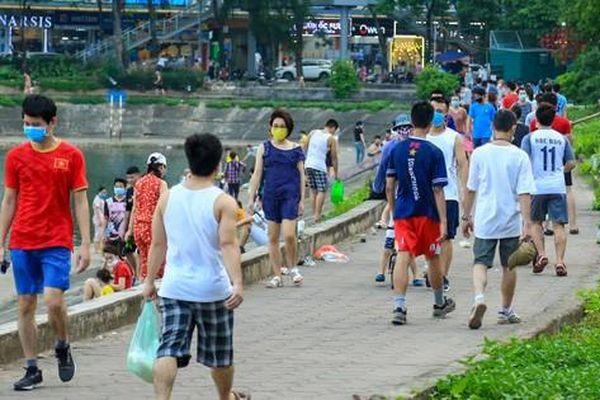Cận cảnh hàng trăm người dân phớt lờ lệnh cấm vẫn ra công viên tập thể dục