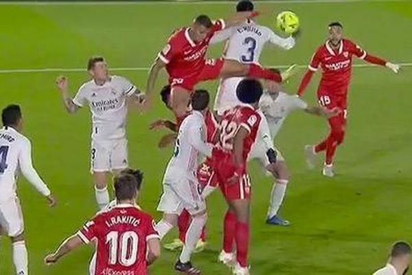 Tranh cãi trọng tài 'ám hại' Real Madrid?