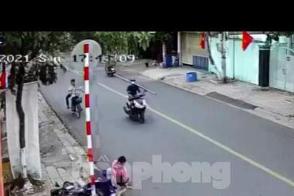 Đang lưu thông trên đường, hai học sinh bị đạp té nhào suýt mất mạng