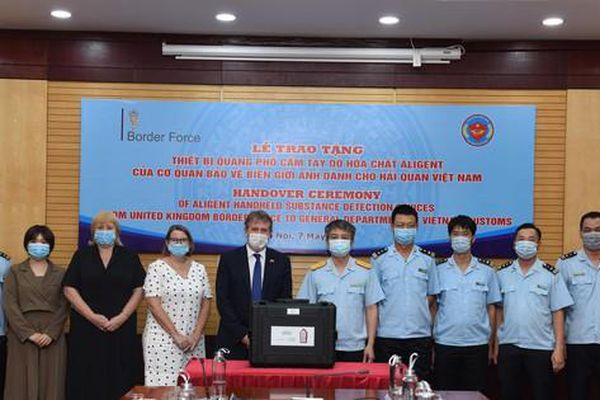 Hải quan Việt Nam tiếp nhận 4 máy quang phổ phát hiện hóa chất của Anh
