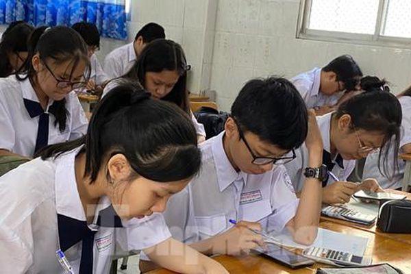 Nghỉ học vì dịch COVID-19: Học sinh cuối cấp lo 'sốt vó', trường ôn tập thế nào?