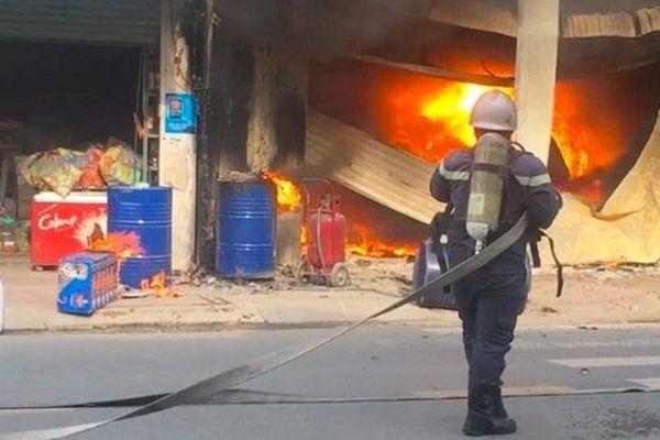 Cháy lớn bùng dữ dội kèm tiếng nổ thiêu rụi 3 căn nhà ở TP.HCM