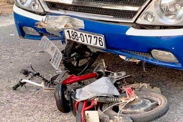 Ô tô va chạm với xe đạp điện, nữ sinh lớp 6 nguy kịch