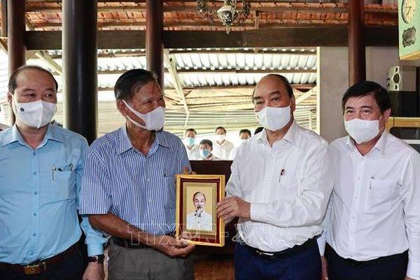 Chủ tịch nước thăm, tặng quà gia đình có công với cách mạng tại TP. Hồ Chí Minh