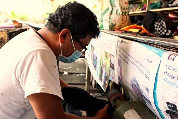 20 năm nhận sửa chữa và tặng giày dép miễn phí cho người nghèo ở TP.HCM