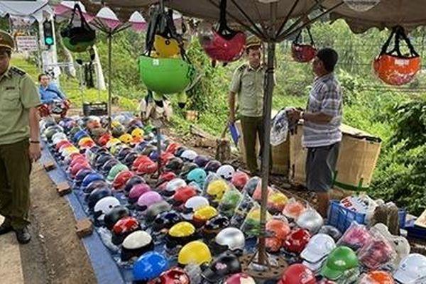 Nhiều cơ sở bán mũ bảo hiểm không rõ nguồn gốc