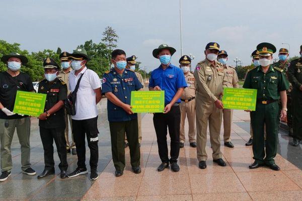 Tuổi trẻ Bình Phước hỗ trợ vật tư y tế phòng chống dịch Covid-19 cho Campuchia