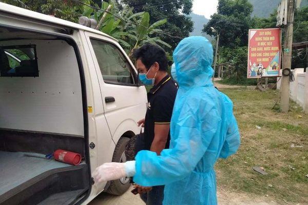 COVID-19 diễn biễn phức tạp vẫn 'xẻ rừng' vượt biên sang Lào thăm bà con