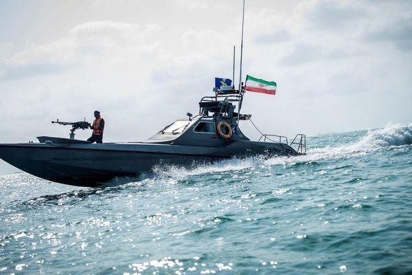 Tàu chiến Mỹ bắn cảnh cáo tàu Iran tại eo biển Hormuz