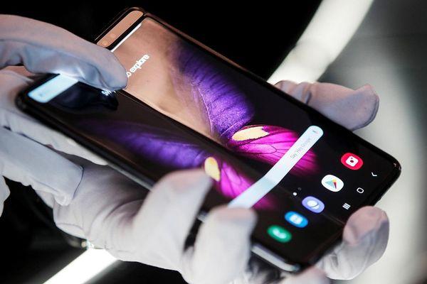 Khủng hoảng linh kiện khiến smartphone tầm trung có màn hình OLED?