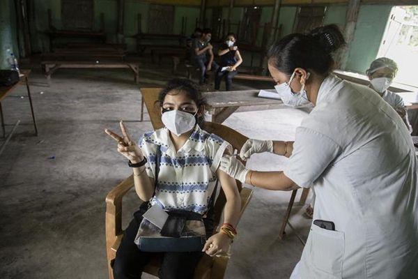 Các nước thu nhập thấp và trung bình thấp mới tiếp cận được 17% vaccine ngừa Covid-19